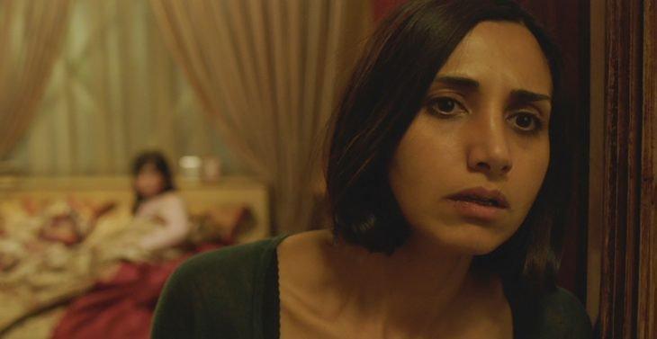 Película Bajo la sombra; mujer mira preocupada