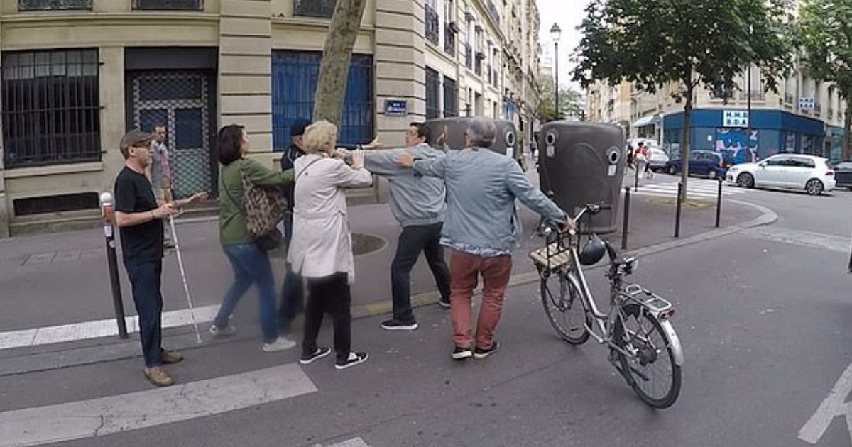 d4 13.png?resize=1200,630 - Driver Lost His Temper And Attacked Man Who Was Helping Blind Man Cross The Road