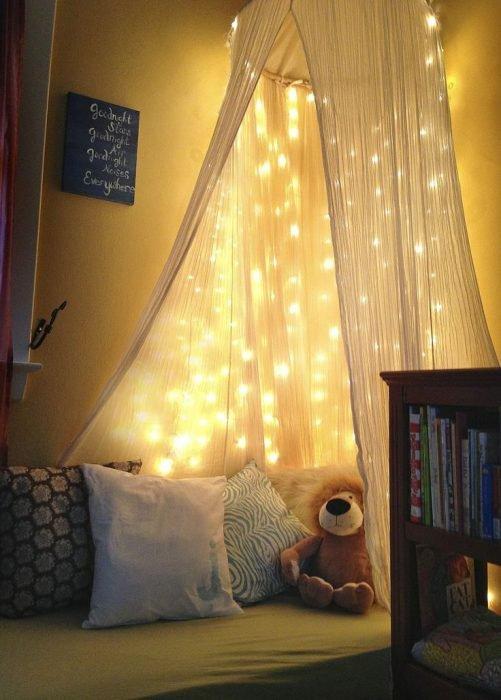Luces de navidad en la pared del cuarto colgando del techo