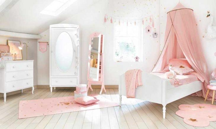 Cuarto de mujer con mosquitero y tapete en tonos rosas y muebles en blanco