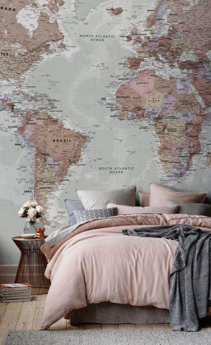 Mapas colocados en la pared de una mujer