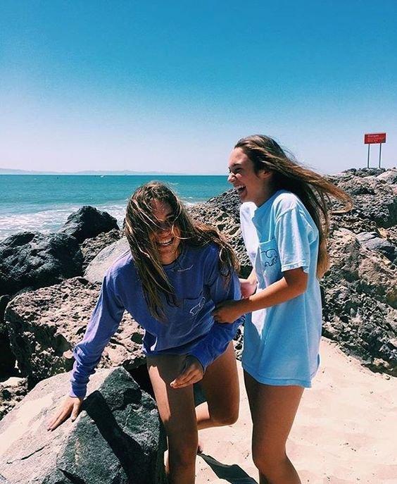 Dos mujeres en la playa riendo