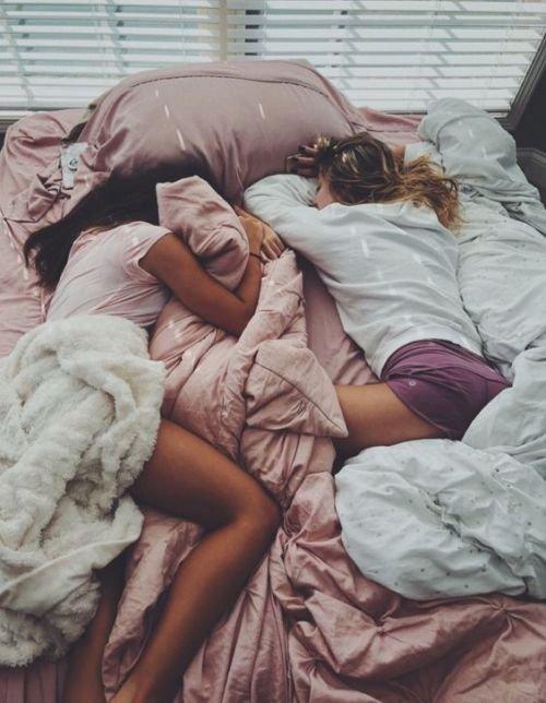 Niñas acostadas en la misma cama en pijama