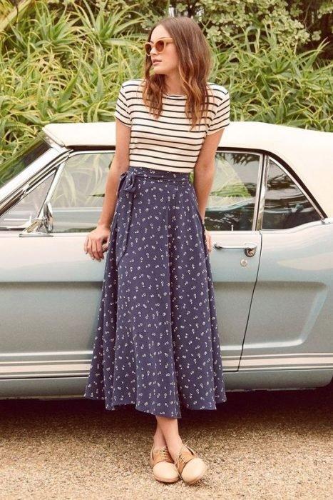 chica usando falda azul