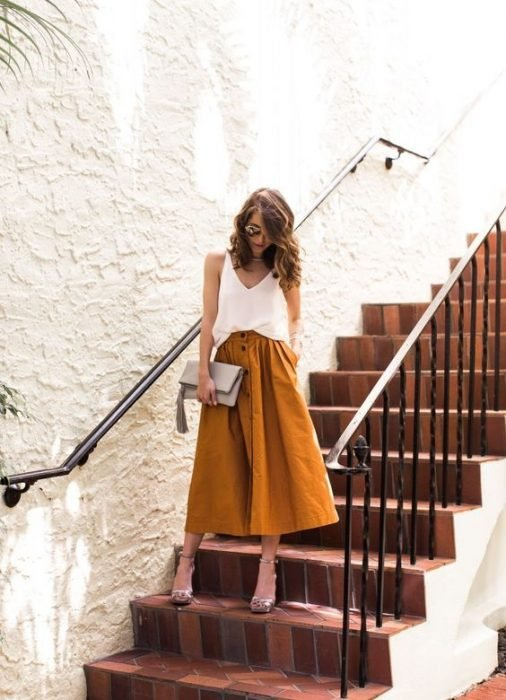 chica bajando las escaleras