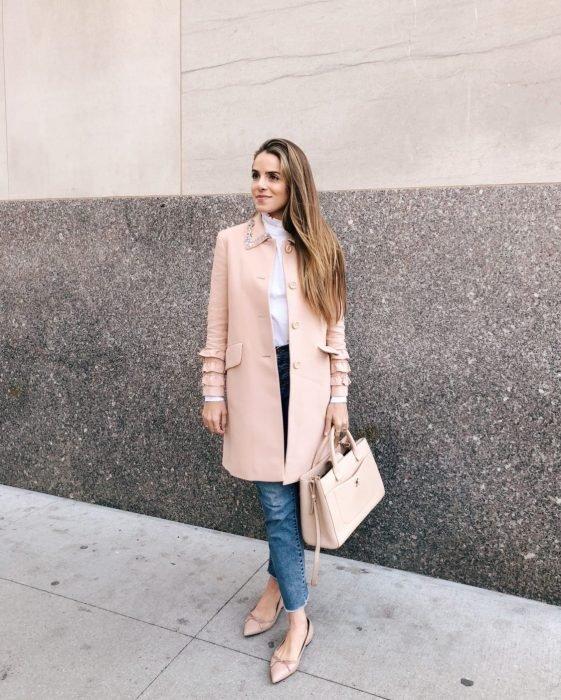 Chica usando unas flats de punta alargada en color rosa