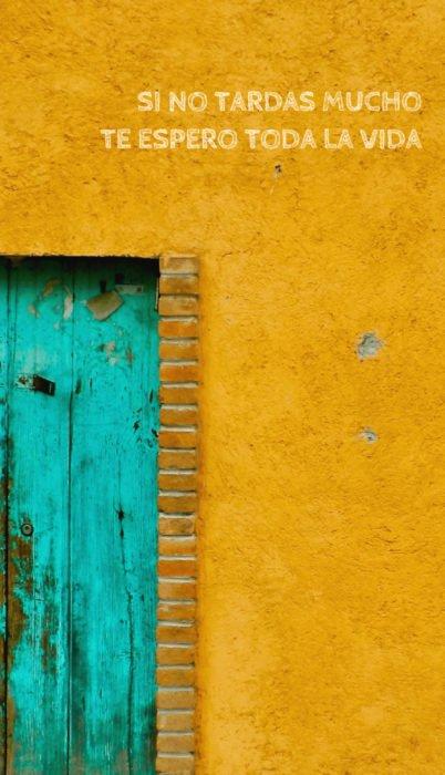 Fondo de pantalla de frases para celular; wallpaper de puerta azul bonita con pared amarilla