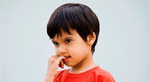 子供が爪を噛む癖があり・・・止めさせたいのですが、何かいい方法は?