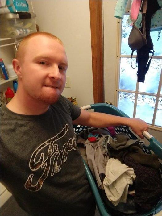 Esposo le manda fotos a su mujer haciendo el quehacer, hombre lavando la ropa