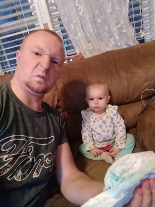 Esposo le manda fotos a su mujer haciendo el quehacer, hombre cambiando el pañal del bebé