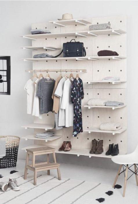 armario en tono blanco elaborado con madera, fijado a la pared