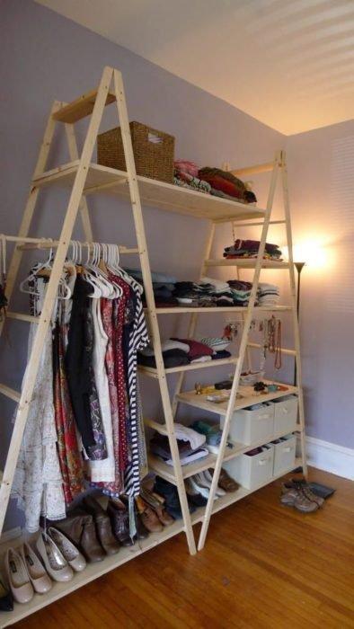 Armario improvisado elaborado con escaleras de madera y repisas