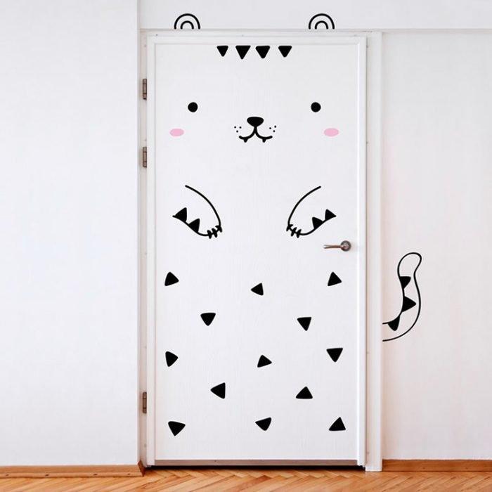 Puerta de una habitación decorada con un vinil de gatito