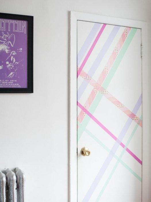 Puerta de una habitación decorada con líneas de color rosa, verde, morado y glitter