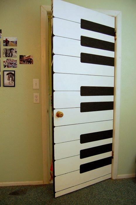 Puerta de una habitación decorada con las teclas de un piano