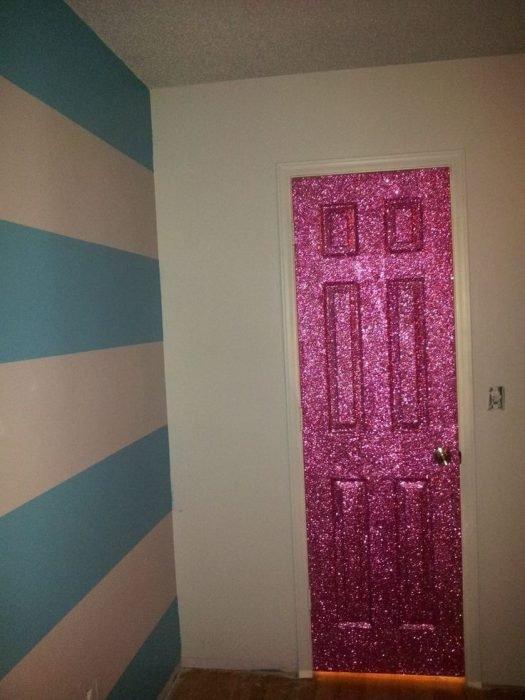 Puerta de una habitación pintada con pintura de glitter de color rosa