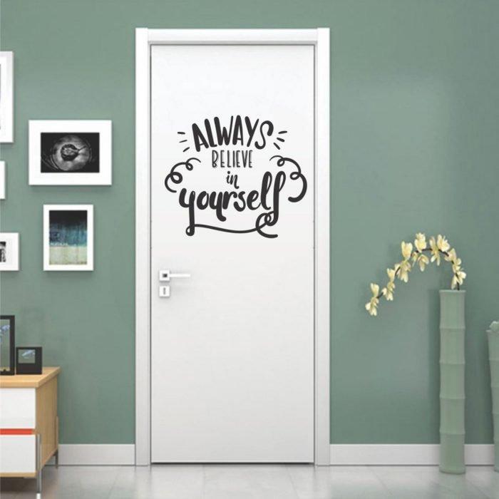 """Puerta de una habitación decorada con un vinil que dice """"Always belived in yourself"""""""