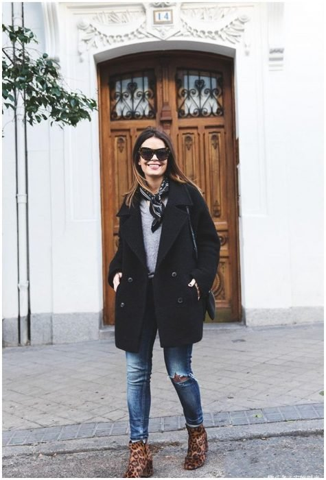 Chica modelando atuendo de temporada de frío con pañuelo en el cuello