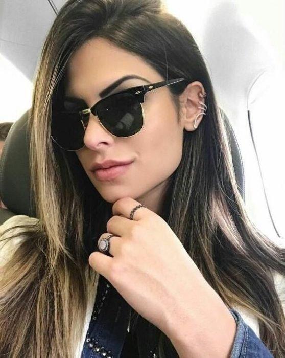 Chica usando anteojos oscuros con forma cuadrada y grandes