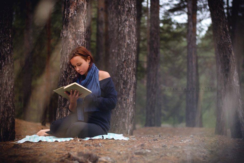 Resultado de imagen de girl reading
