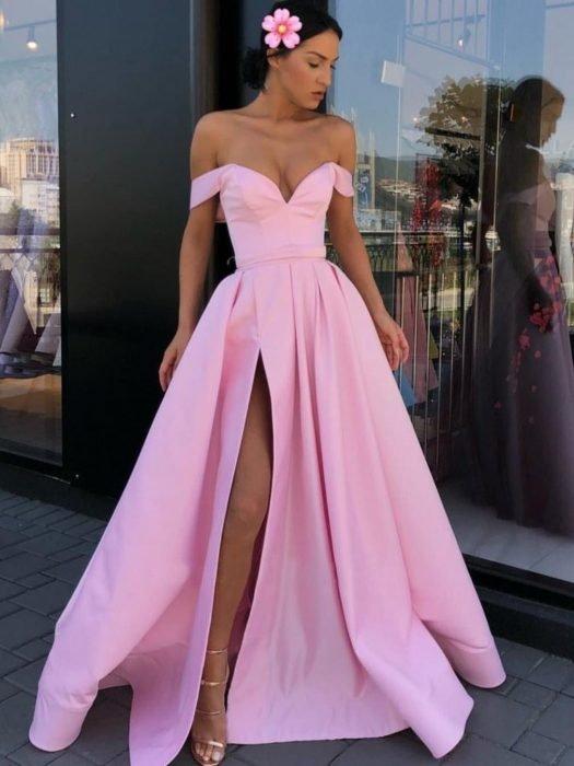 Chica modelando un vestido de fiesta corte princesa de color rosa