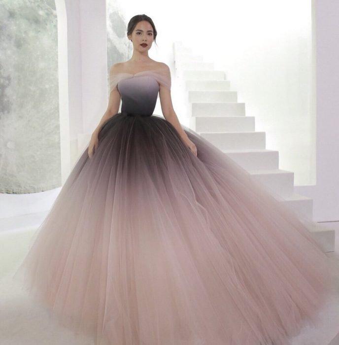 Chica modelando vestido corte princesa transparente en tonalidades rosa y negro