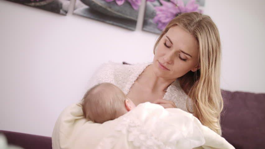 Resultado de imagen de mom baby feeding