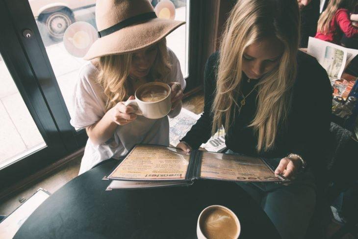 amigas tomando cafe