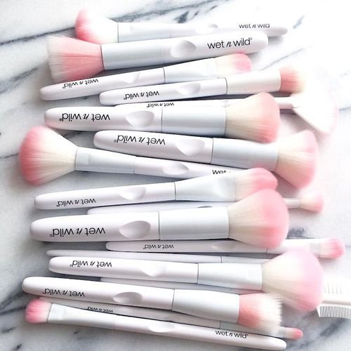 brochas para maquillaje en color rosa pastel
