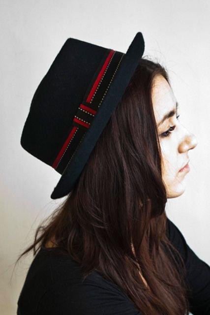 mujer con sombrero negro