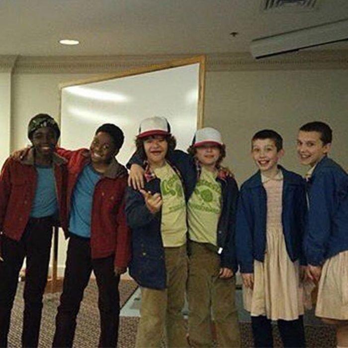 Actores junto a sus dobles; reparto de Stranger Things, Millie Bobby Brown, Gaten Matarazzo y Caleb McLaughlin que interpretan a Once, Dustin y Lucas