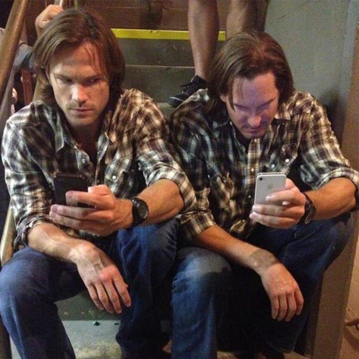 Actores junto a sus dobles; actor Jared Padalecki interpreta a hermano Sam Winchester en serie Supernatural