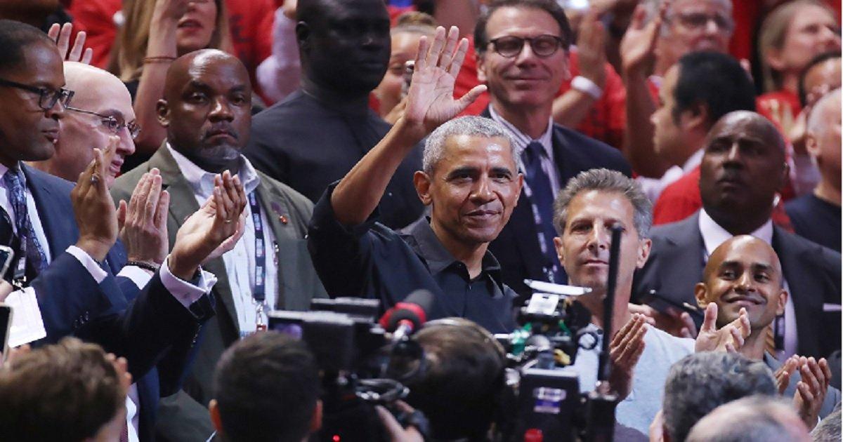 o3.jpg?resize=412,232 - Barack Obama a reçu une ovation et une accolade de Drake lors du deuxième match de la finale de la NBA