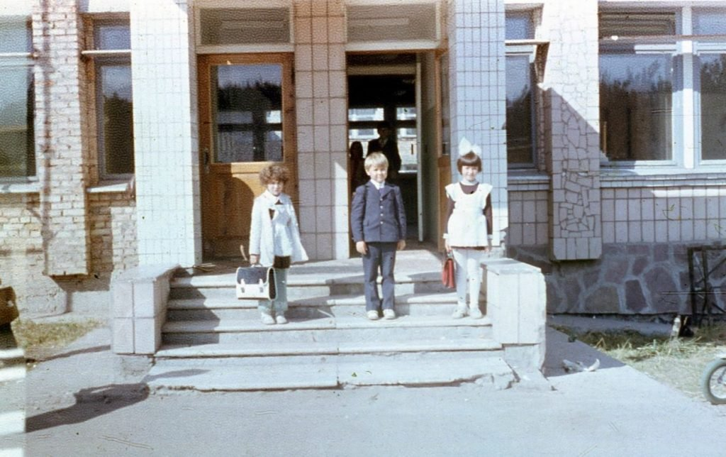 La imagen puede contener: una o varias personas, personas de pie, calzado, niños y exterior
