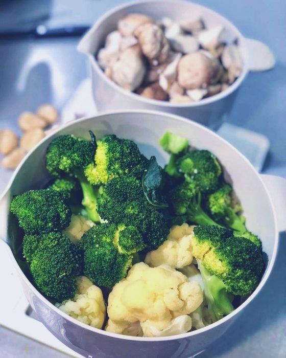 Recipientes blancos con brócoli, coliflor y champiñones