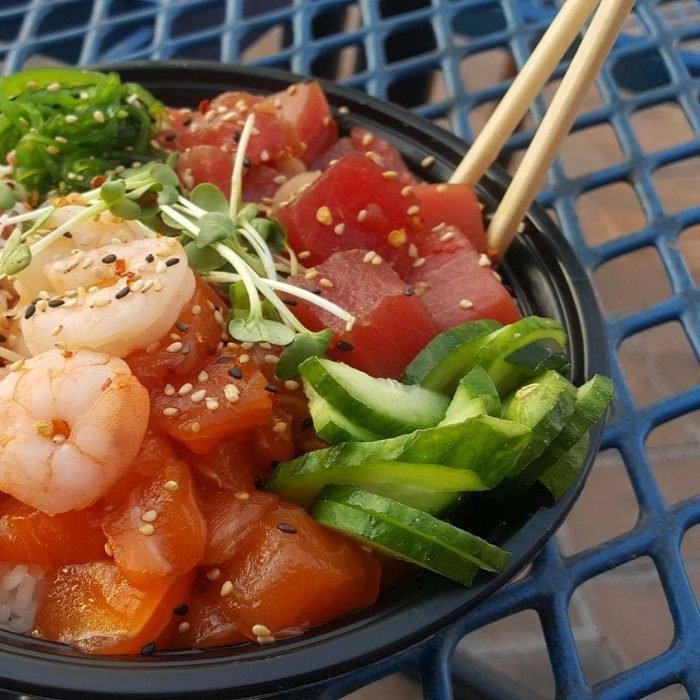 Plato de salmón y atún crudos, camarones con pepino y ajonjolí