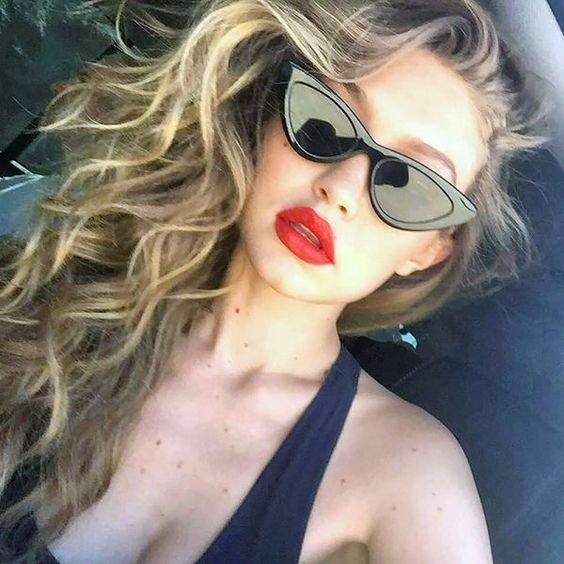 Gigi Hadid con gafas rasgadas en tono negro