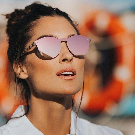 Chica co gafas efecto espejo en tono rosa pastel