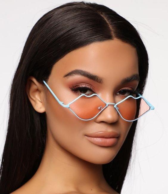 Chica llevando lentes en forma de labios con armazón en tono azul cielo