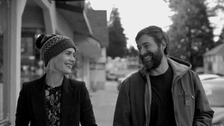 Película Blue Jay, actores Mark Duplass y Sarah Paulson; pareja caminando en la calle