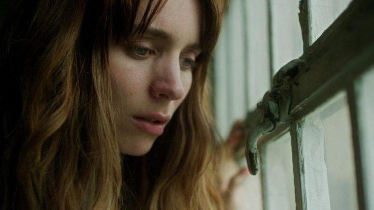 Película Una con actriz Rooney Mara; mujer de cabello largo mirando por la ventana