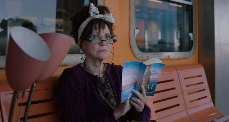Película Mi nombre es Doris con actriz Sally Field; mujer mayor con lentes leyendo un libro en una banca