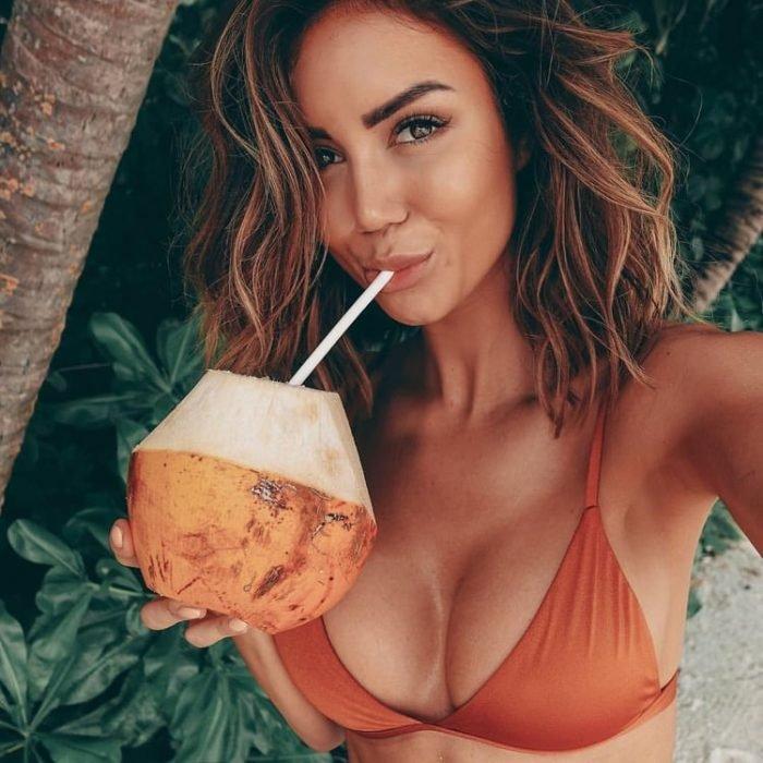 chica con bikini naranja
