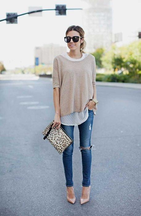 chica con suéter delgado