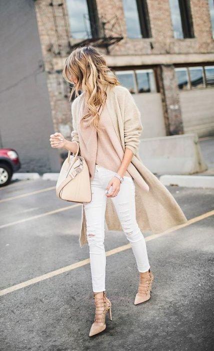 chica con pantalón blanco