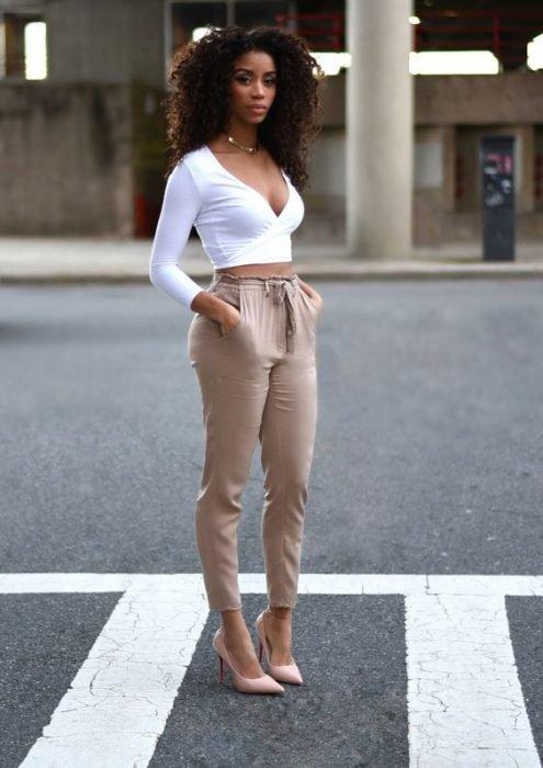 chica con cabello afro