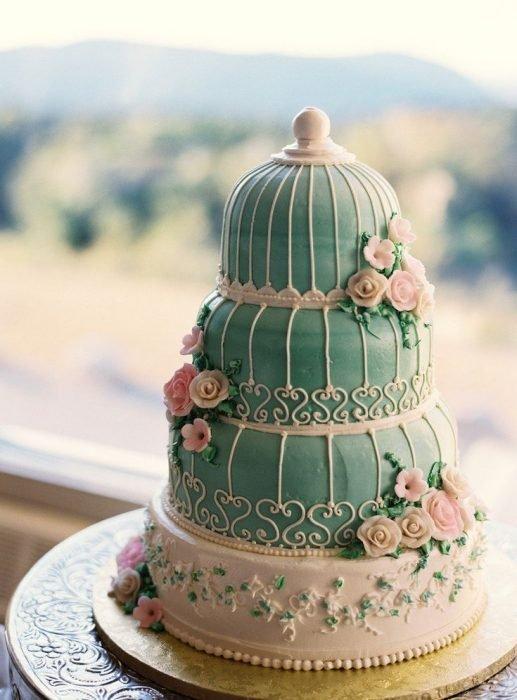 pastel azul con flores y jaula