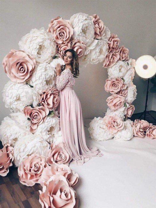 arco de flores rosas y blancas de mujer con vestido