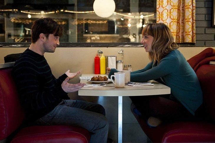 Pareja de novios dentro de una cafetería, charlando y bebiendo café, escena de la película What If, Daniel Radcliffe
