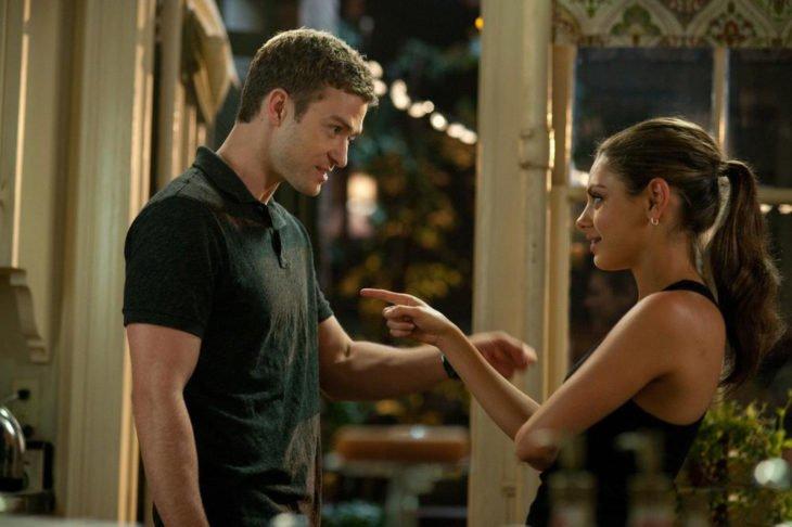 Justin Timberlake y Mila Kunis discutiendo en la película Amgos con derechos